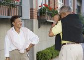 Kvinna poserar för man tar bilden — Stockfoto