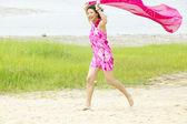 Portret van vrouw uitgevoerd op strand — Stockfoto