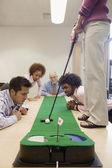 бизнесмены, играя в гольф в офисе — Стоковое фото