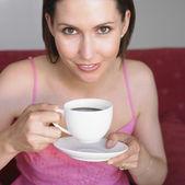 Vrouw koffie drinken — Stockfoto