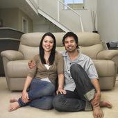 многоэтнический состав пара, сидя на полу — Стоковое фото