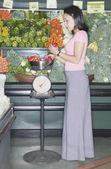 Donna peso peperoni in drogheria — Foto Stock
