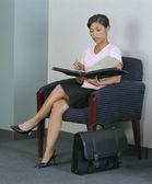 Zakenvrouw in stoel met laptop — Stockfoto