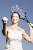 Spansktalande kvinna servering tennisboll — Stockfoto
