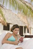 Mujer leyendo en el sofá al aire libre — Foto de Stock