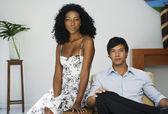 Zuid-amerikaanse echtpaar zittend op stoel — Stockfoto