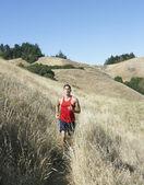 Atleet wordt uitgevoerd in het platteland — Stockfoto