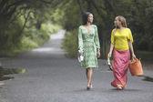 在道路上行走的两个女人 — 图库照片