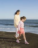 祖母和孙女在沙滩上散步 — 图库照片