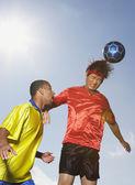 Due uomini che giocavano a calcio — Foto Stock
