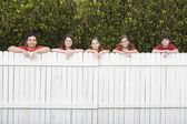 Família de raça mista, apoiando-se em cerca — Foto Stock