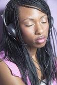 Donna afro-americana, ascoltando le cuffie con gli occhi chiusi — Foto Stock