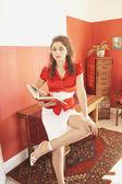 Středního východu žena sedí na okraji stolu knihu — Stock fotografie