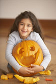Portrait of girl hugging jack o'lantern — Stockfoto