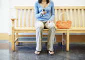 Nastolatka przy użyciu telefonu komórkowego — Zdjęcie stockowe