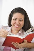 Portret van vrouw lezen van boek — Stockfoto