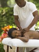 Genç bir kadın olan bir sırt masajı — Stok fotoğraf