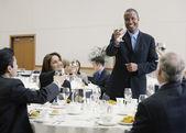 Biznesmen dokonywanie toast na obiad — Zdjęcie stockowe