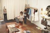 Młodych kobiet zakupy — Zdjęcie stockowe