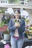 亚洲女人持有的盆栽的植物, — 图库照片