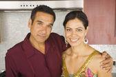 Porträt von hispanischen paar umarmt in küche — Stockfoto