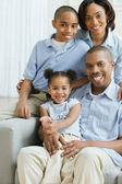 Retrato de familia africana en sofá — Foto de Stock