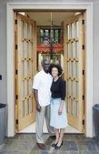 Casal na frente da casa — Foto Stock