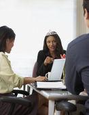 Empresaria con una tiara durante una reunión — Foto de Stock