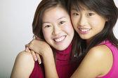 Retrato de hermanas abrazando — Foto de Stock