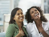 Dwie kobiety się śmiać — Zdjęcie stockowe