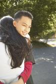 Casal adolescente abraçando — Foto Stock
