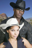 Ungt par i cowboy kläder poserar för kameran — Stockfoto