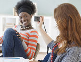 Kvinnliga college student med fotografi av vän i klassrummet — Stockfoto