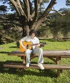 弹吉他的年轻人 — 图库照片
