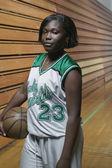 Porträtt av tonårsflicka basketspelare — Stockfoto