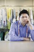 Asiatique s'ennuie de nettoyeur à sec — Photo