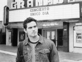 映画館の前に立っているを男します。 — ストック写真