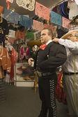Młody człowiek próbuje na strój matador — Zdjęcie stockowe