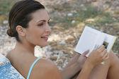 年轻女人放松与书 — 图库照片