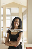 Retrato de mulher sorrindo com braços cruzados — Foto Stock