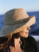 Young woman in hat viewing ocean — Stock Photo