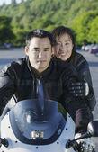 Porträtt av par rider motorcykel — Stockfoto