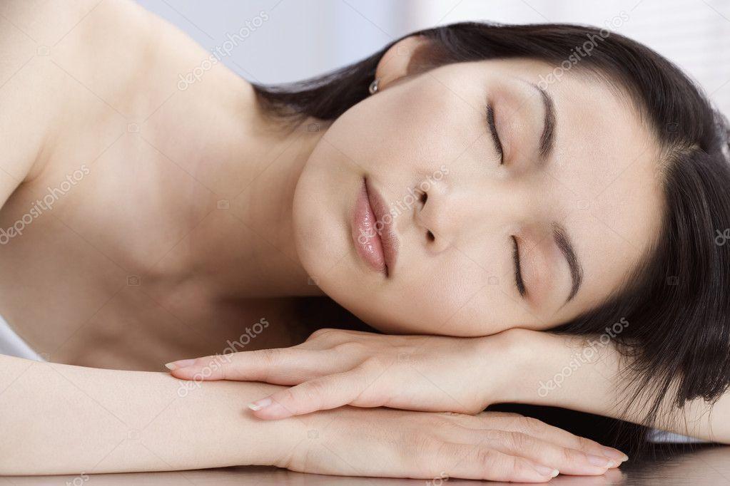 亚洲女人睡觉 ― 照片作者