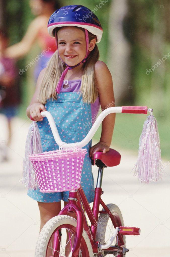 junge m dchen mit fahrrad mit quasten und korb stockfoto bst2012 13228972. Black Bedroom Furniture Sets. Home Design Ideas