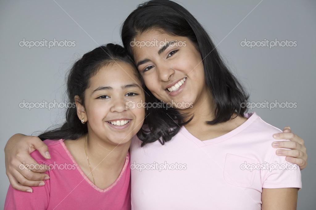 Retrato de dos hermanas abrazando fotos de stock - Polveros en dos hermanas ...