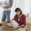 Couple unpacking boxes - Foto Stock