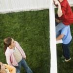 混的血男孩看着女孩围栏 — 图库照片
