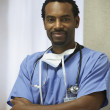 African male surgeon with arms crossed - Foto de Stock