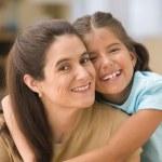 女儿拥抱母亲的画像 — 图库照片