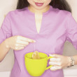 Woman making tea — Stockfoto